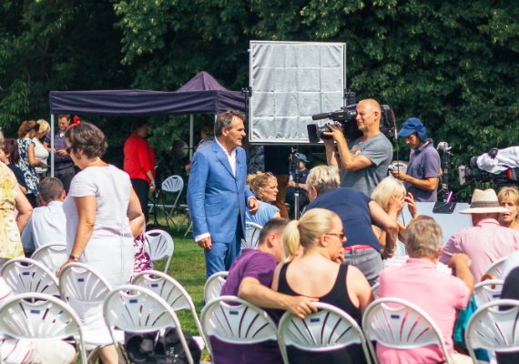 CHIDDINGSTONE CASTLE FLOG IT! SHOOT